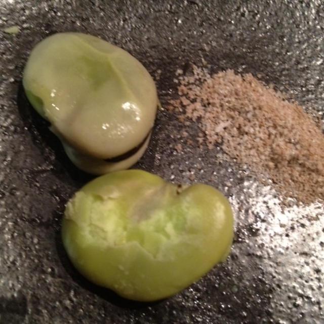 花椒塩で食べる焼きそら豆!