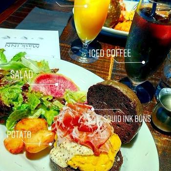 京都の町屋でカフェ巡り『RUFF』でイカスミバンズランチと店内のパンたち