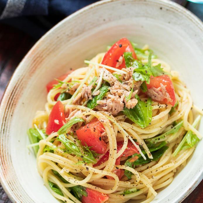 だ円の器に入った、トマトとツナと水菜の冷製ポン酢パスタ
