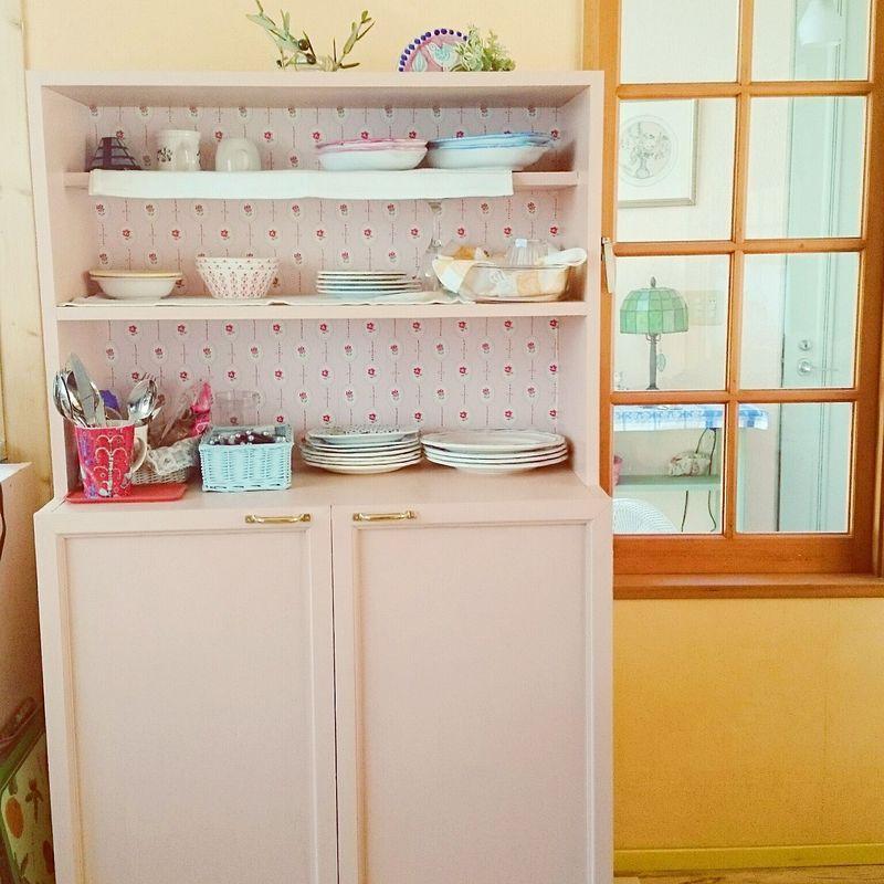 まるでパリやプロヴァンスのアパルトマンにありそうな、ガーリーな色合いがとても素敵な食器棚は、なんとD...