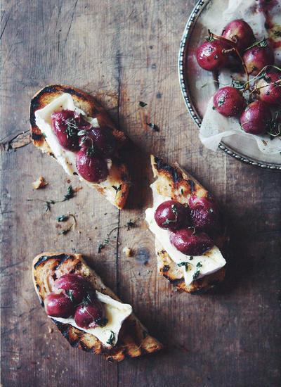 焼きぶどうとカマンベールチーズのブルスケッタ