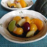 かぼちゃ白玉とフルーツの黒ごまソース