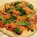 市販のピザベースでスモークサーモンとベビーリーフのピザ