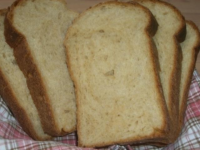 チェックの布の上に置かれた黒糖食パン