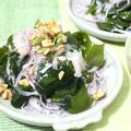 トリプル健康パワーアップ↑わかめと玉ねぎのナッツサラダ