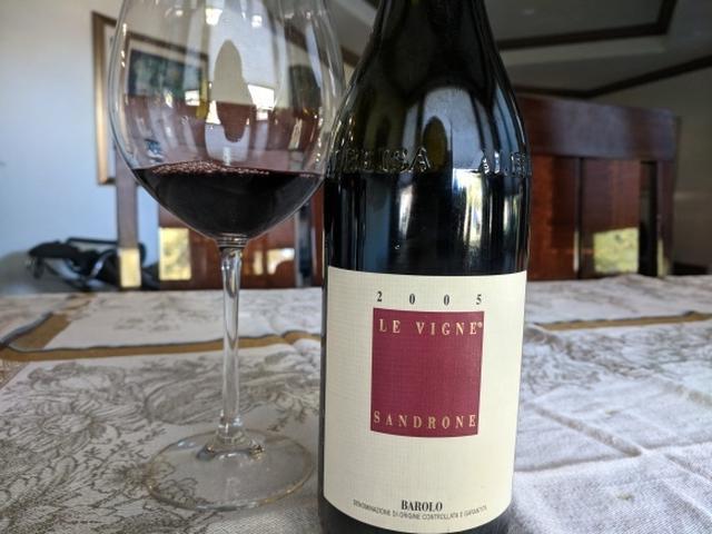バローロワインのボトルとワインが入ったワイングラス