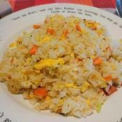 セロリの爽やか風味をプラス☆紅鮭と卵の炒飯♪