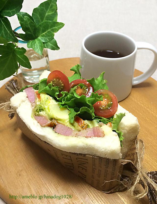 テーブルの上のコーヒーとサンドイッチと植物