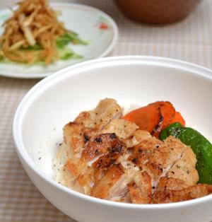 皮パリッ、鶏むねソテー丼。中華クラゲ味サラダ。の晩ご飯。