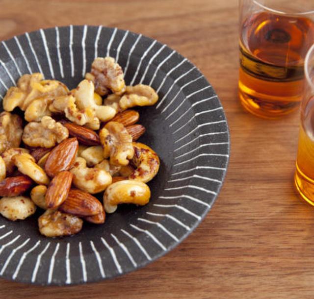 お皿に盛られた燻製ピーナッツ
