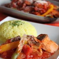 サーモンのトマト煮込みとターメリックライス