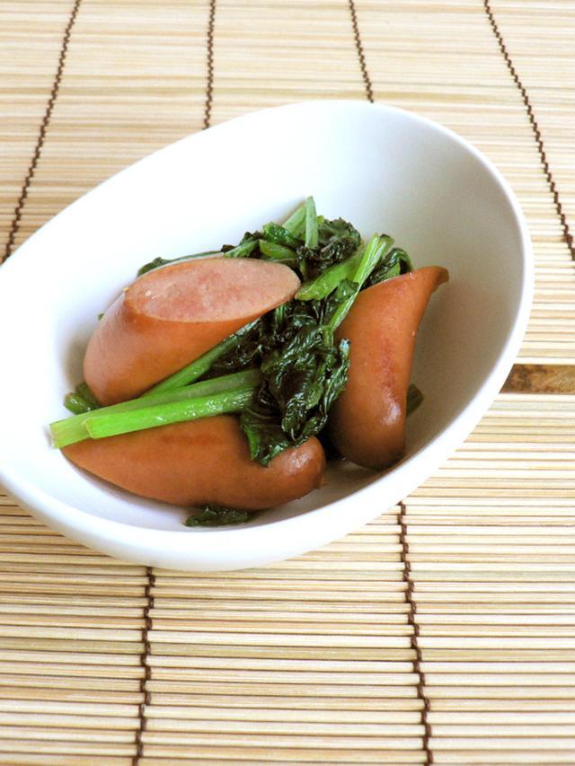 小鉢に盛られた半分切りのウインナーと小松菜の炒め物