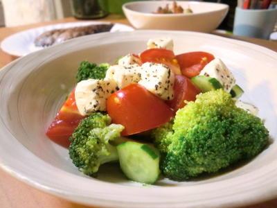 夏野菜とスパイシーチーズのサラダ*カレー風味ジャーマンポテト