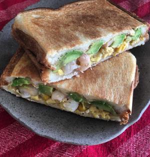 えびアボカドと炒り卵のホットサンド
