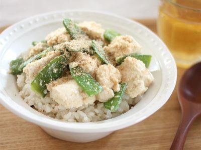>包丁いらず♪豆腐ときぬさやのごまみそ丼 by みるまゆさん
