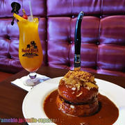 ハードロックカフェがグルメマンガ『本日のバーガー』とコラボ!迫力の「ボフサンドイッチ」実食♪