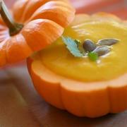 ハロウィンにぴったり!かぼちゃを丸ごと使った「シンプルな濃厚かぼちゃスープ」