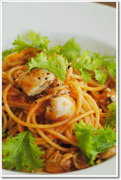 牡蠣とわさび菜のトマトソースのスパゲッティ