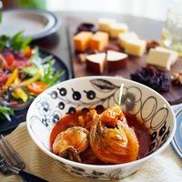 お気に入りの器で簡単トマト煮込みの華やか食卓。