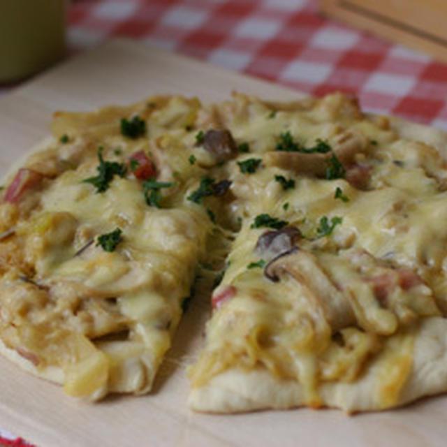 きのことベーコンのホワイトソースピザ