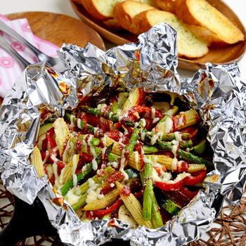 【アウトドアにも】夏野菜のホイル焼き ガーリックトースト添え