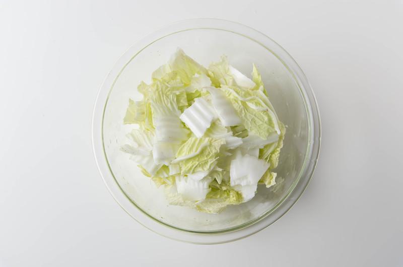 作り方<br><br>1、耐熱ボウルに白菜を食べやすい大きさにちぎって入れる。<br>※芯の部分は火...