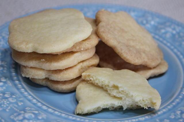 水色のお皿に置かれた塩バタークッキー