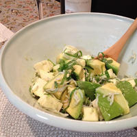 白とグリーンで涼やかに「しらすとアボカドのざっくりサラダ」。