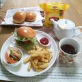 『ハンバーガーとリプトンテトラポットティー』