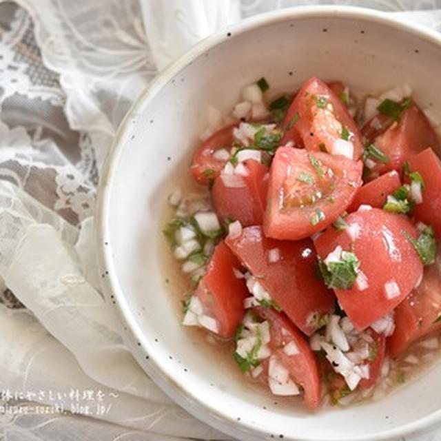 スプーンで食べるやみつきサラダ【トマトと新玉ねぎのさっぱり大葉サラダ】