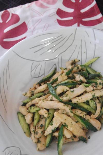 パセリが決め手の鶏胸肉ときゅうりの炒め物