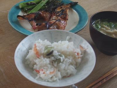 空豆と桜エビのごはん,根ミツバの味噌汁,吉次の塩焼き。