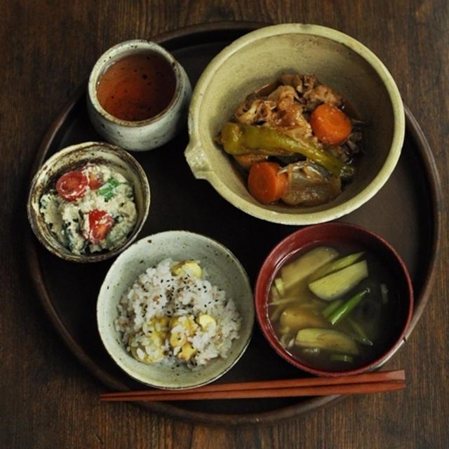 一汁二菜ごはん 栗入りご飯、茄子の味噌汁、豚肉・油あげ・キノコ・甘長(万願寺)唐辛子の韓国風煮物、オクラとトマトの白和え