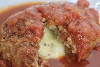 【絶品】トマトソースで煮込むチーズインハンバーグの作り方