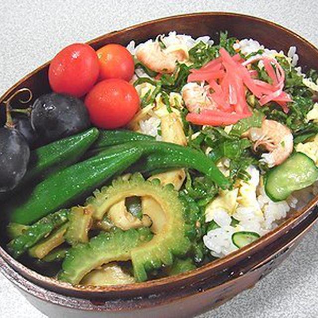 散らし寿司弁当。夜は、野菜たっぷりうどん焼き。