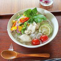 夏野菜たっぷりのフォー麺でおうちごはん。家族の大好きレシピです。息子の育てたバジルがいい...