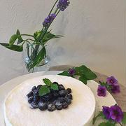 さっぱりヘルシーなヨーグルトケーキ・・ブルーベリーを飾っておもてなし用です ♪♪