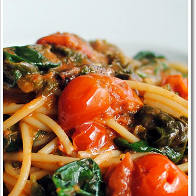 グアンチャーレとホウレン草のトマトソースのスパゲッティ