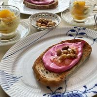 ピンク!ピンク!「ビーツクリームチーズ オープンサンド」。