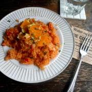 【簡単!!カフェごはん】トマトのガーリックバターライス*カリカリチーズ乗せ