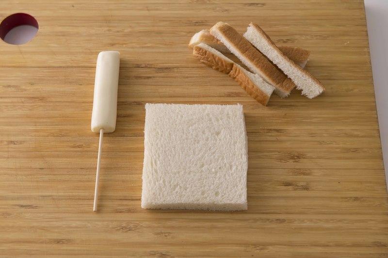 作り方<br>1、さけるチーズに竹串を刺す。食パンの耳は切り落とす。<br>