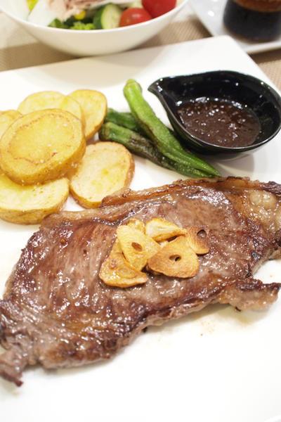 【洋食】「自家製和風オニオンソースで☆牛ステーキ」&やみつきフライドポテトの晩ごはん。