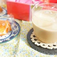 ROYCEお菓子詰め合わせセットと豆乳アイスミルクティー