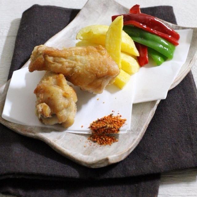 七味で食べる鶏手羽元の塩から揚げ