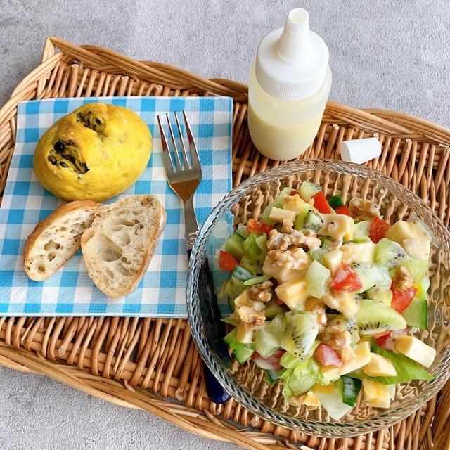 ビタミンパワーサラダと黒豆パンの朝食