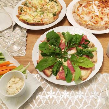 セロリ葉のジェノベーゼ風ソースでピザ