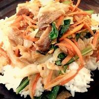 こだわり食感で!シャキシャキ野菜炒めプレート&野菜たっぷりおにぎらず