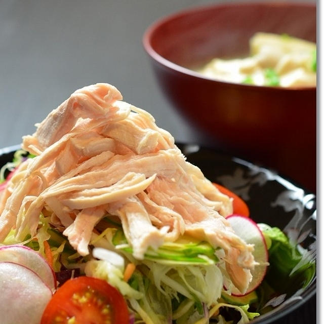鶏胸肉で2品、サラダとおつゆ