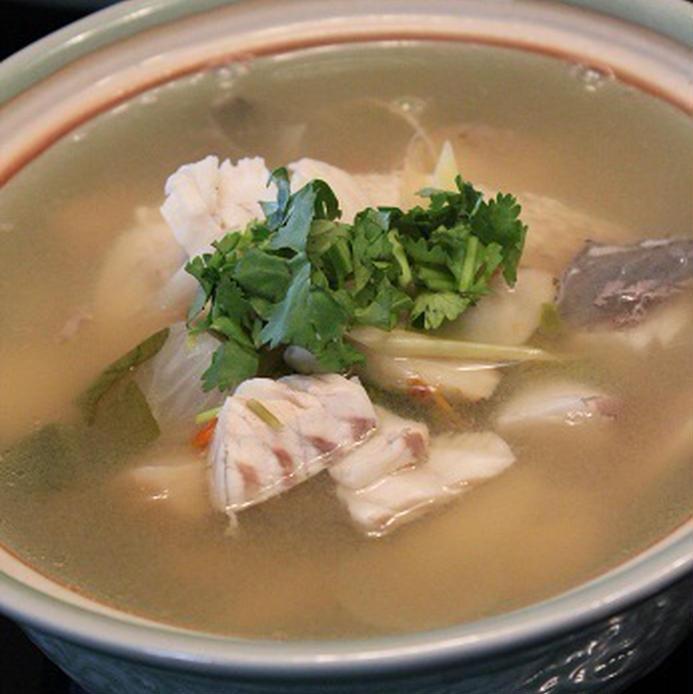 スープ皿に入った、トムヤムタレー