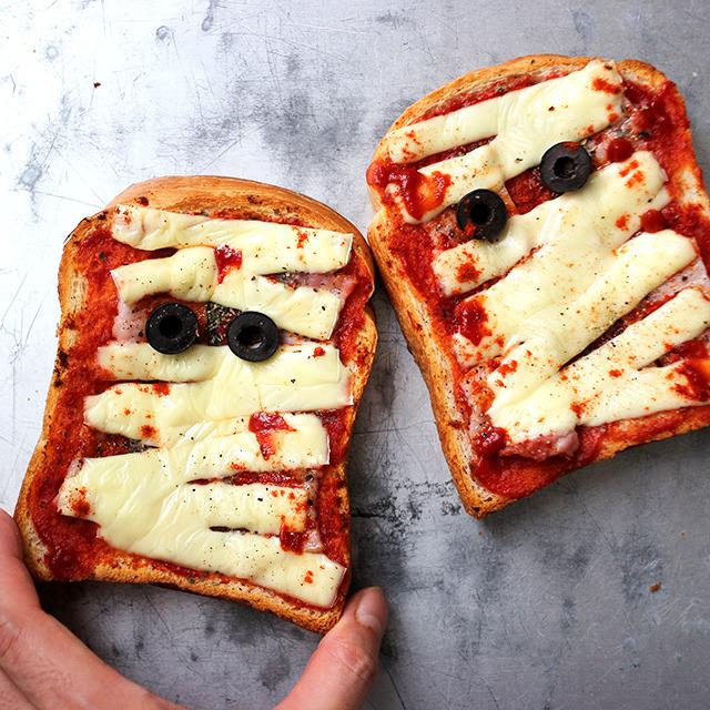 チーズとオリーブオイルでデコレーションしたミイラ風トーストパン